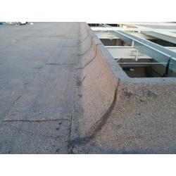 Wykończona obróbka powierzchni dachu oraz podstawy pod świetlik dachowy